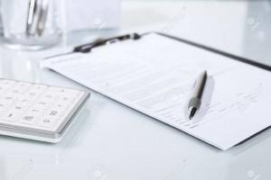 46803035-電卓、ペン、机の上の書類-300x200